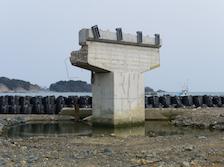 Utatsu, Japon, 2012. Pont brisé par le tsunami. Tiré d'un travail sur la réhabilitation après le tsunami à Tohoku./ Utatsu, Japan, 2012. Remains of a bridge damaged by tsunami. From a series on pots-tsunami Tohoku.